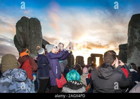 Salisbury, Reino Unido. 22 dic, 2019. Los druidas celebran al amanecer del día más corto el 22 de diciembre de 2019. Cientos de personas se reunieron el famoso círculo de piedra, en Wiltshire, al celebrar el amanecer en el Solsticio de Invierno, el día más corto del año, el evento se afirmó ser más importante en el calendario pagano que el solsticio de verano, porque marca el renacimiento del sol durante el año venidero Crédito: David Betteridge/Alamy Live News