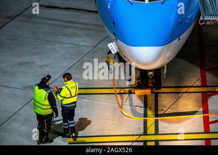 Aeropuerto Internacional DŸsseldorf, DHE, aviones a la puerta, está asegurado con bloques de freno,