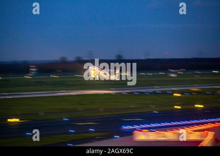 Aeropuerto Internacional DŸsseldorf, DHE, avión despegando en la noche, Laudamotion,