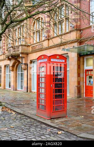 K6 cuadro telefónico, listados de grado II, la antigua estación de bomberos, Albion Square, Salford, Manchester