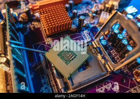 Moderno procesador CPU en la placa base del ordenador. El concepto de tecnología de hardware y reparación en la luz de neón