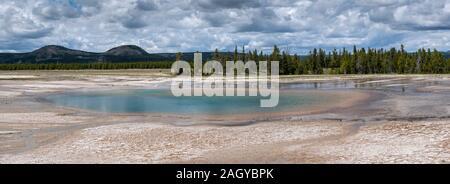 La cuenca del géiser de Midway turquesa piscina panorámica en el Parque Nacional Yellowstone, Wyoming, EE.UU.