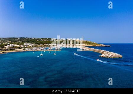 Italia, Apulia, península de Salento, en la provincia de Lecce, vista aérea de Santa Maria di Leuca con Harbour