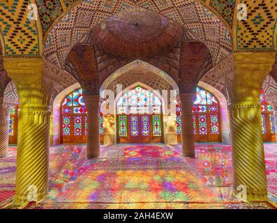 Nasir-ol-molk Mosque conocida también como mezquita rosa con luz a través de sus vidrieras, en Shiraz, Irán
