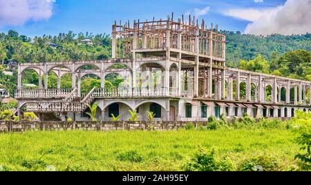Un fallido proyecto turístico en Filipinas, resultando en un hotel abandonado en un sitio de construcción antigua el arroz, una vez que el propietario se quedó sin dinero