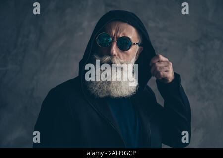 Close-up retrato de su él agradable bien vestido atractivo centrado contenido concentrado barbudo canoso hombre llevando hoody especificaciones redondo estilo de vida
