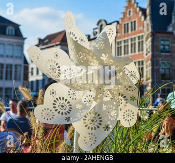 Molinillo de plástico blanco para la decoración de una cafetería en la plaza principal de Brujas, Bélgica.