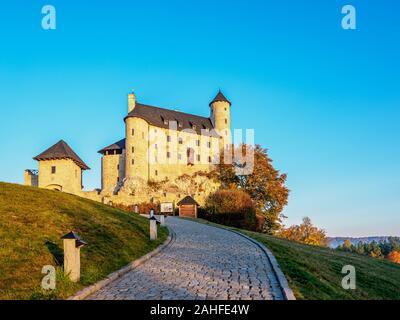 Bobolice Castillo real al amanecer, Sendero de los nidos de águilas, Krakow-Czestochowa Upland o polaco Jurassic Highland, Voivodato de Silesia, Polonia