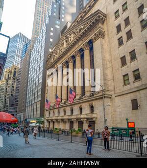 New York Stock Exchange, Manhattan, estados Unidos de América - mercado de valores NASDAQ y Dow Jones, miedo a la recesión por el brote del virus de la corona