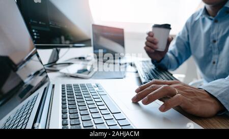 Programador escribir código en el equipo de escritorio, desarrollando tecnologías de codificación y programación concepto