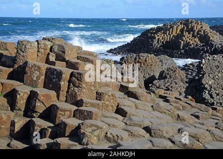 Enormes columnas de basalto y piedras de paso de la Calzada del Gigante, Condado de Antrim, Irlanda del Norte, Reino Unido.