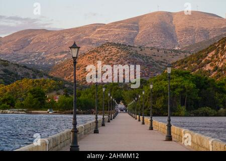 De Bosset Bridge (antiguamente Drapano Bridge) es un puente de piedra construido en 1813 sobre la bahía de Argostoli en Kefalonia. En 689.9 metros de altura, es el más largo