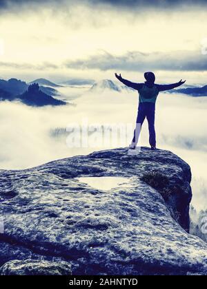 Feliz el hombre hermosa y activa en el senderismo en otoño de montañas. El concepto de ocio y turismo activo en la montaña.