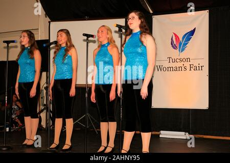 Las mujeres jóvenes cantando en el Tucson Feria de mujer