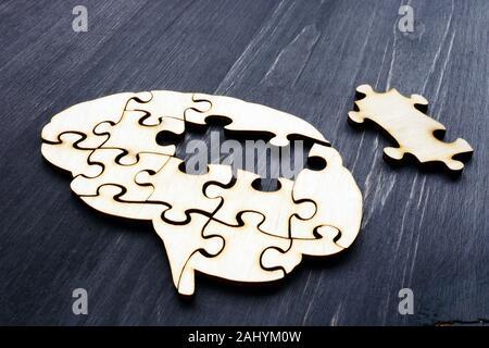 Cerebro de puzzles de madera. Salud mental y problemas con la memoria.
