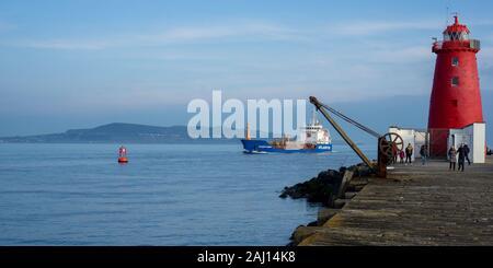 El Atlantis Aldabra aceite Poolbeg quimiquero redondeando el faro, ya que entra en el puerto de Dublín. Foto de stock