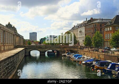 Frederiksholms Kanal-canal, en el centro de Copenhagen.Varios edificios históricos cara canal Prince's Mansion,Museo Nacional de Vivienda, y Christiansborg