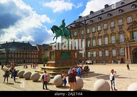 Vista de Christiansborg Palace Square, el palacio de gobierno, edificio sede del Parlamento danés, la Oficina del Primer Ministro y la Corte Suprema