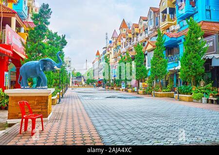 PATONG, Tailandia - Abril 30, 2019: la tranquila calle turística en Kathu District, con muchas tiendas de alimentos, cafeterías, salones de masaje y hoteles, el 30 de abril en