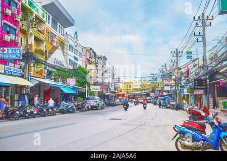 PATONG, Tailandia - Abril 30, 2019: La vivienda moderna de resort con numerosas cafeterías, tiendas, farmacias y otras instalaciones turísticas, el 30 de abril en P