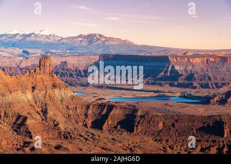 El parque estatal Dead Horse Point tienen vistas al atardecer con la típica formación de rocas de color naranja. Utah, Estados Unidos.