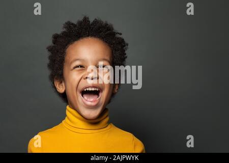 Niñito niño negro riendo. Closeup retrato