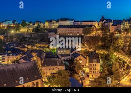 La ciudad de Luxemburgo, Luxemburgo - 21 DE SEPTIEMBRE: Noche vista de la antigua ciudad paisaje a Ville Haute casco histórico, declarado Patrimonio de la Humanidad por la UNESCO en sep