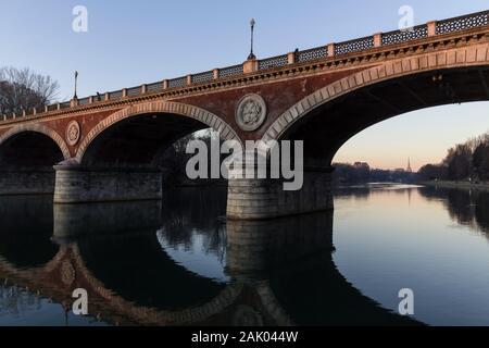 Río Po, Ponte Isabella y Mole Antonelliana en Turín, Italia.