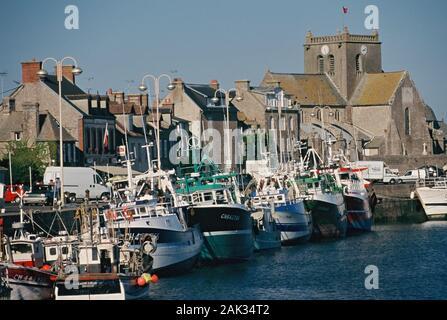 Vista del pequeño puerto de la aldea en el Barfleur Manche departement, Francia. (Sin fecha) | Uso de imagen en todo el mundo