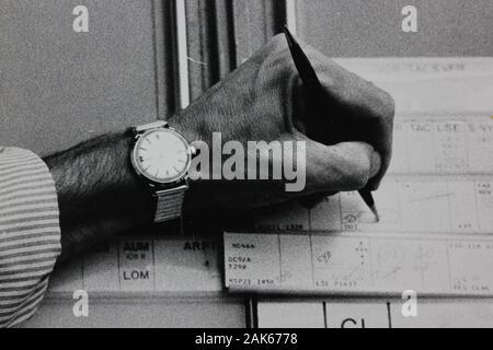 Fotografía extrema blanca y negra de una mano de los años setenta con un bolígrafo y una penalidad