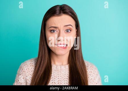 Cerrar fotografía de moda atractiva dulce hermosa novia asustada morderse los labios en el temor y la expectación de algo Llevar pullover mientras