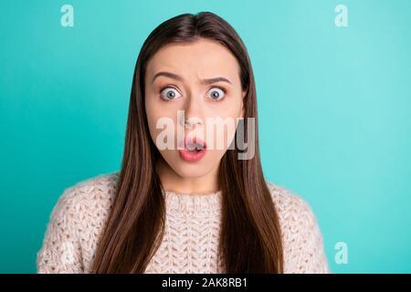 Cerrar Foto de temible cute bastante dulce novia aterrorizada de algo imposible llevar un puente aislado sobre fondo de color Teal Vibrant
