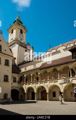 Eslovaquia, Bratislava, centro histórico, palacio Primado (Primacialny Palac) construido por el arquitecto austriaco Melchior Hefele en 1781 para el Cardenal Joseph Batthyany (Primado de Hungría) y el antiguo Ayuntamiento con su torre del siglo XIV, reconstruido en 1733, el edificio que alberga el museo de historia de la ciudad