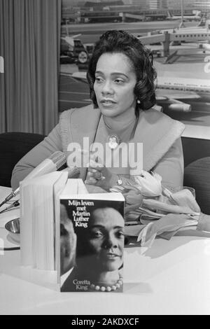 Coretta Scott King (1927-2006), viuda de Martin Luther King, Jr., en el aeropuerto de Schiphol en Ámsterdam el 10 de febrero de 1970 con su libro Mi vida con Martin Luther King, traducidos al holandés.