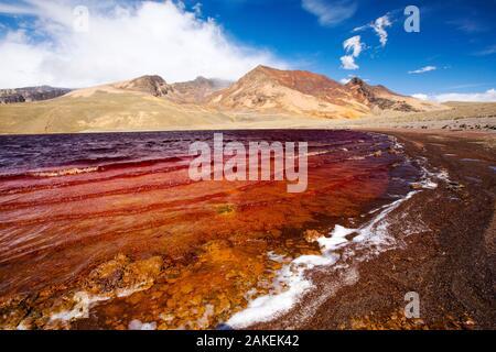 Laguna Miluni, contaminadas con minas y efluentes con un bajo nivel debido a la sequía. Este embalse es alimentado por agua de deshielo glacial del pico Andino, Huayna Potosí, Andes Bolivianos. De octubre de 2015.