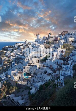 Puesta de sol de Oia (Ia), Cyclades Isla de Thira, Santorini, Grecia. La localidad de Oia ha sido mencionado en varios informes de viaje antes de la BEG