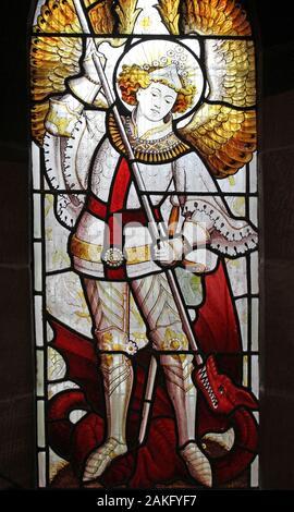 Vidriera representando a San Miguel Arcángel (Michael) matando a Satanás como un dragón