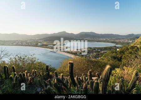 Vista sobre la playa de Itaipú en Niteroi, en Río de Janeiro, desde el Morro das Andorinhas caminata.