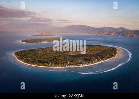 Vista aérea de las islas Gili frente a la costa de Lombok, Indonesia, al atardecer. Los Gilis son el destino turístico más popular de Lombok.