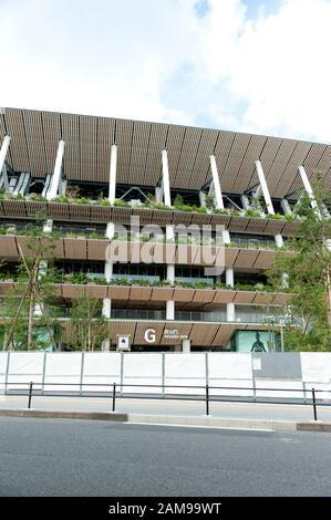 SHINJUKU CITY, TOKIO, JAPÓN - 30 DE SEPTIEMBRE de 2019: Vista de la entrada 'G' desde la puerta Aoyama del nuevo estadio nacional de Tokio en construcción f
