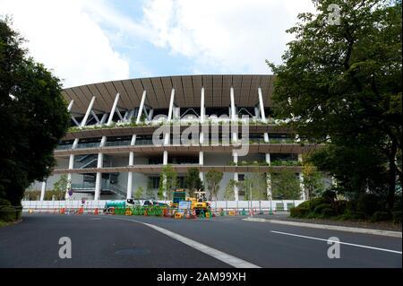 SHINJUKU CITY, TOKIO, JAPÓN - 30 DE SEPTIEMBRE de 2019: Vista frontal del nuevo estadio nacional de Tokio en construcción para la Olimpiada de 2020.