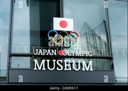 SHINJUKU CITY, TOKIO, JAPÓN - 30 DE SEPTIEMBRE de 2019: Primer plano del logotipo en la entrada del Museo Olímpico de Japón en la Plaza Olímpica del Deporte de Tokio.