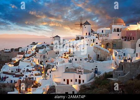 Puesta de sol de Oia (Ia), Cyclades Isla de Thira, Santorini, Grecia. La localidad de Oia ha sido mencionado en varios informes de viaje antes de la BEG Foto de stock