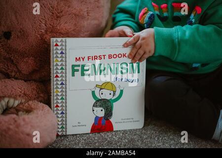 Niño pequeño leyendo 'Mi Primer libro de feminismo (para niños) por Julie Merberg