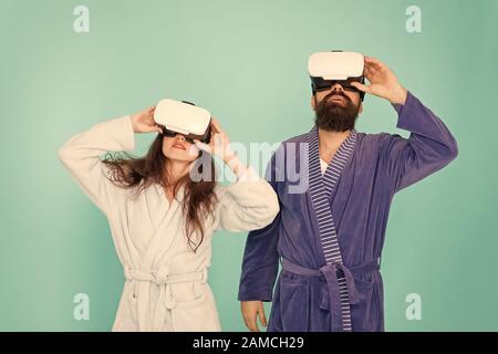 Mañana comienzo con la tecnología del futuro. digital pareja. La innovación en las relaciones familiares. Crea tu realidad. Nuevo mundo de la realidad virtual. Familia par llevar auriculares vr. chica y hombre relajarse en albornoz.