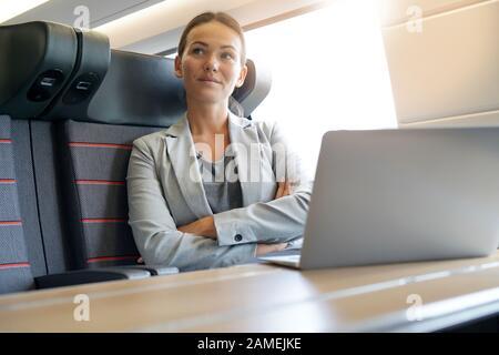 Mujer de negocios pensando en el tren Foto de stock