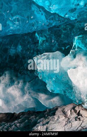 Detalle dentro de la cueva de hielo en Breidamerkurjokull Breiðamerkurjökull cueva de hielo, Cueva de cristal en el Parque Nacional de Vatnajökull, Sudeste de Islandia en enero