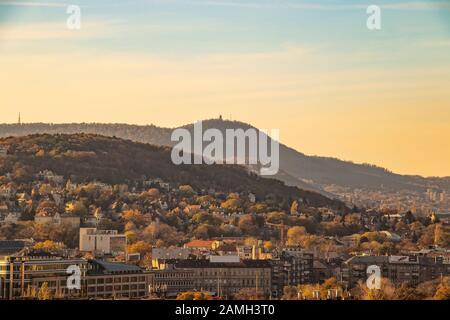 Vista del Castillo de Buda al atardecer de la ciudad de Budapest, Hungría.