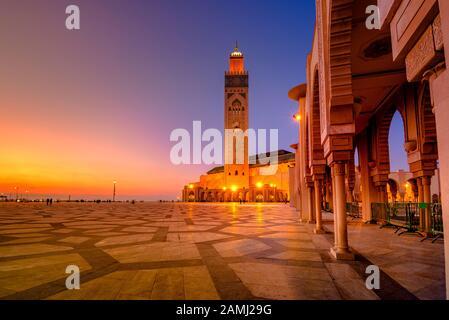 La Mezquita Hassan II es una mezquita en Casablanca, Marruecos. Es la mezquita más grande de Marruecos con el minarete más alto del mundo.