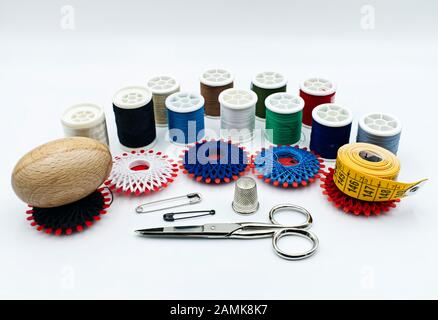 Conjunto de costura a mano aislado sobre fondo blanco